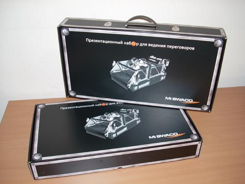Коробка-чемодан из кашированного микрогофрокартона с пластиковой ручкой.